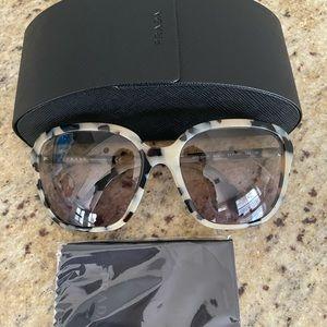 New Prada sunglasses 🥰